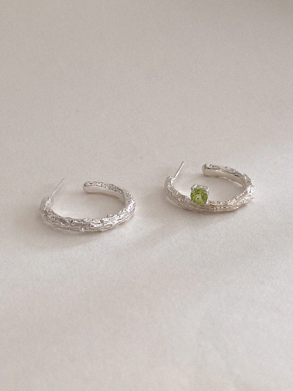 Twig Earrings - peridot (round)